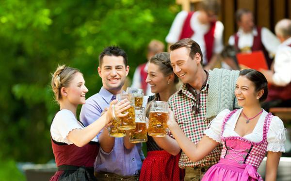 Events-Muenchen-mit-Biertour-Freunde-stossen-an